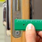Meranie vložky vo dverách - vzdialenosť od upeňovacej skrutky po okraj vložky je v tomto prípade 35mm